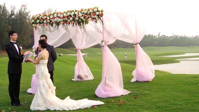 Bwin登录地址球会时尚浪漫的草坪婚礼